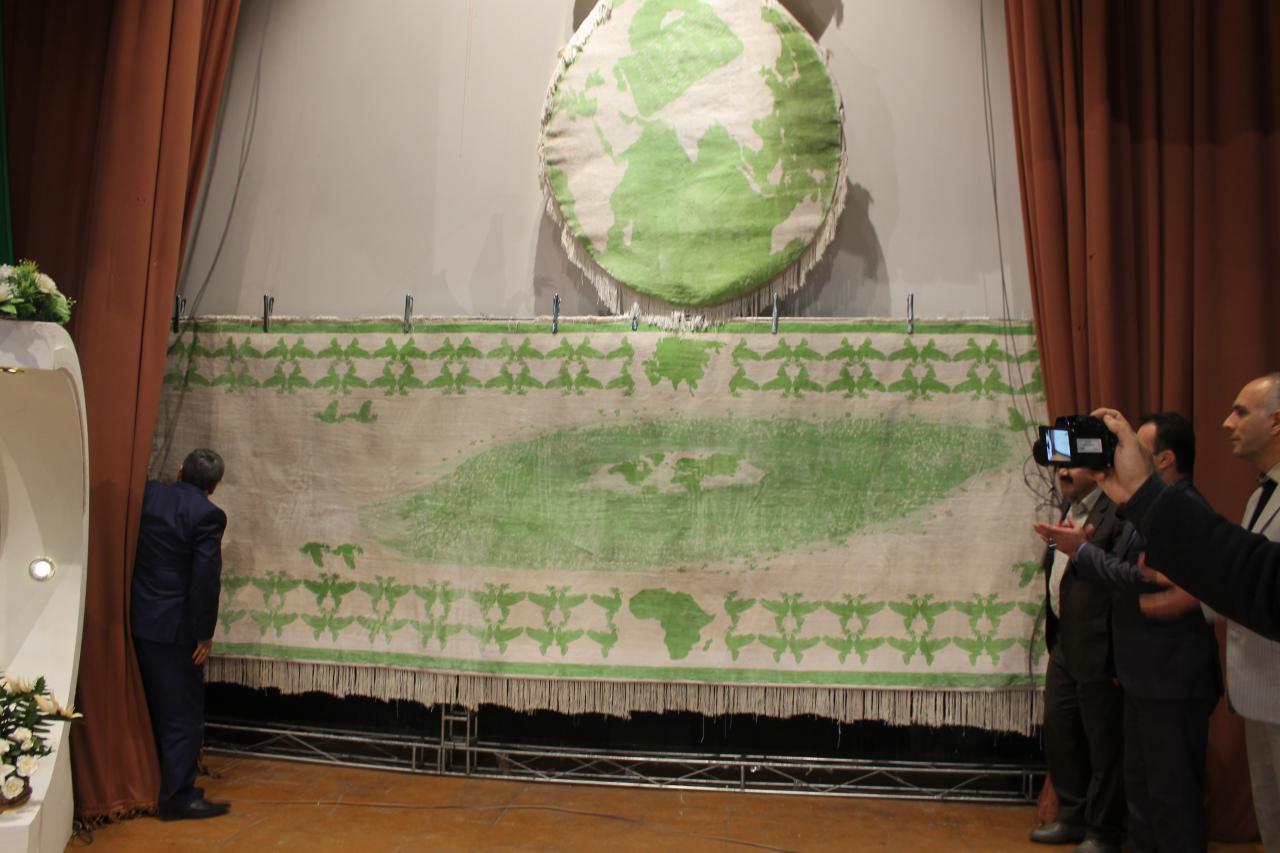 تصاویر ویژه و اختصاصی هه وال از رونمایی فرش سفید صلح در تالار سیمرغ بوکان